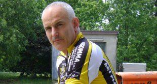 Tabaccaio blocca il rapinatore armato di coltello. Ferito Mauro Saccardi