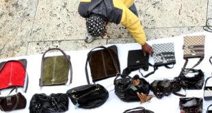 Venditori abusivi. Sequestrate 17 borse da donna