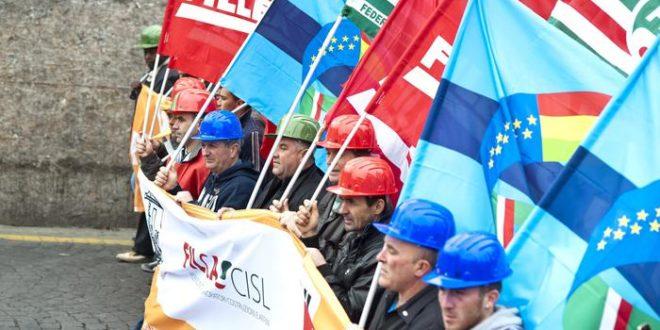 Un momento della manifestazione dei lavoratori edili di Cgil, Cisl e Uil, Roma, 3 marzo 2012. ANSA / GUIDO MONTANI