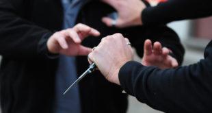 Figlio interviene in difesa della madre, minacciato dal padre con un coltello