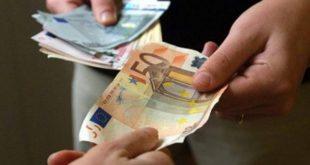 Offriva lavoro a stranieri in cambio di denaro, ma è una truffa. Denunciato