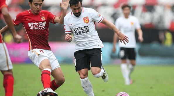 Ezequiel Lavezzi in azione all'Hebei Fortune