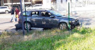 Baia del Re. Auto si schianta contro il muretto del parco giochi affollato