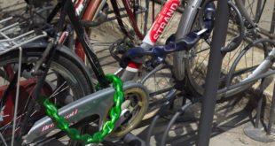"""Con un tronchese """"tiene d'occhio"""" alcune biciclette. Denunciato a piede libero"""