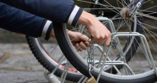 Tenta di rubare una bici a pochi passi dalla Polizia Municipale. Denunciato 53enne