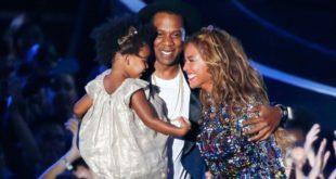 Beyoncé e i gemellini in posa tra i fiori. Primo scatto social per Carter e Rumi