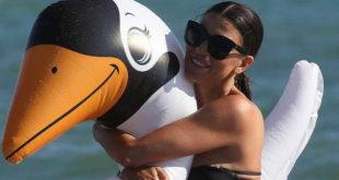 Claudia Galanti. Teneri giochi in spiaggia… e un lato B da capogiro
