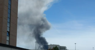 Incendio a Gossolengo. Colonna di fumo visibile in tutta la città
