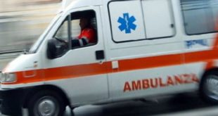 Auto si sibalta sulla carreggiata dopo l'incidente. Conducente incastrata nell'abitacolo