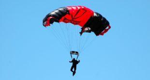 Pradovera. Paracadutista atterra addosso ad anziano durante la sagra