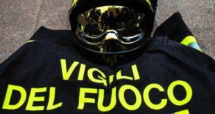 Via De Longe. Distrutta dalle fiamme la moto di un corriere privato. Perse centinaia di buste