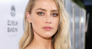 Amber Heard topless. Lo scatto hot in piscina pubblicato sui social network