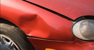 In tangenziale auto si schianta contro un mobile. Danneggiato il veicolo