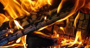 Bettola. Le braci gettate causano un incendio. Sul posto i vigili del fuoco