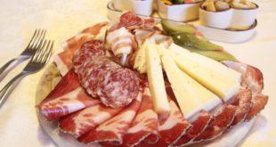 Nascosti nella giacca 120 euro tra salumi e formaggio. Scatta la denuncia