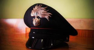 Danni alle auto in sosta, poi l'aggressione ai carabinieri. Denunciato un 16enne