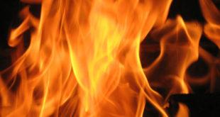 Casa disabitata va a fuoco in via Millo. Vigili del fuoco in azione