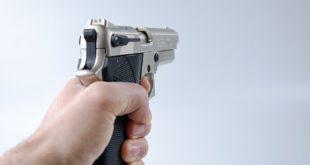 Tentata rapina, pistola puntata al volto di una 45enne. Lei reagisce e li mette in fuga