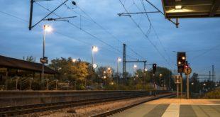Neonato scivola dalle braccia del padre alla stazione ferroviaria