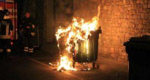 Incendi al quartiere Farnesiana, in fiamme auto e cassonetti. Si sospetta natura dolosa