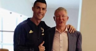 Cristiano Ronaldo, vittoria e foto con Ferguson a Manchester