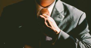 Galleria San Francesco. Taccheggiatore in giacca e cravatta in azione