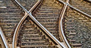 Treni in ritardo, i pendolari insorgono e invadono i binari