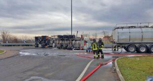 Autocisterna carica di metanolo si ribalta in strada dell'Anselma. Bonifica in corso